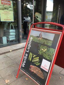 Süßlupine-Lupinenplakat für Lupinenbrot vor der Bio-Bäckerei am Hamburger Dammtor